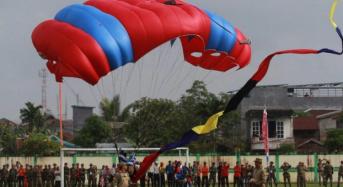 15 PENERJUN TNI AL SUKSES MENDARAT DI LAPANGAN PERSITAJ KUALA TUNGKAL